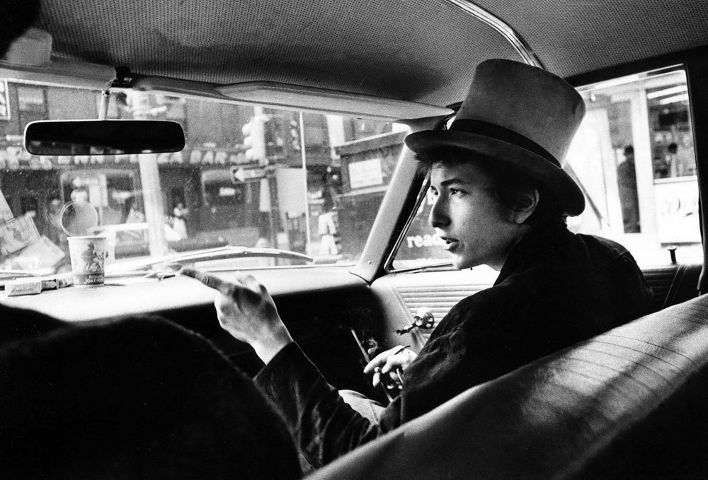 bob-dylan-with-top-hat-pointing-in-car-philad11_pas_un_autre