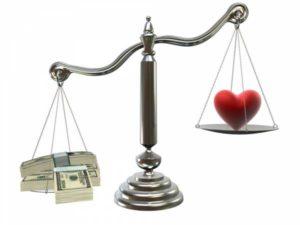 Dinero contra gente en la balanza