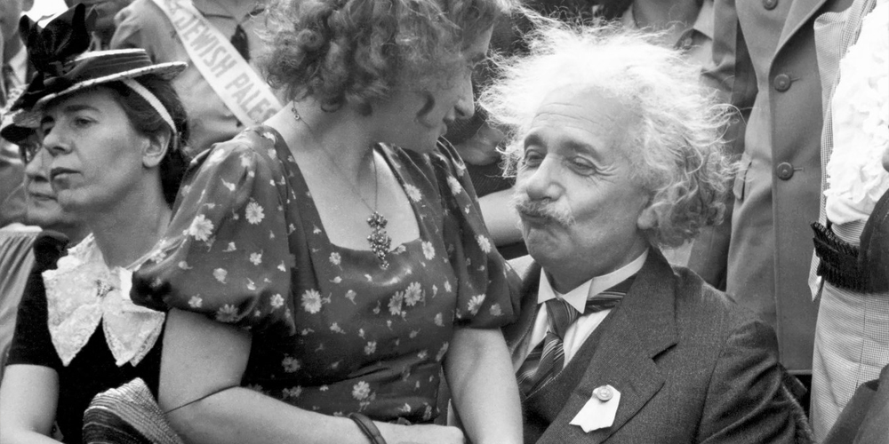 Einstein with woman in his lap — Voz Abierta